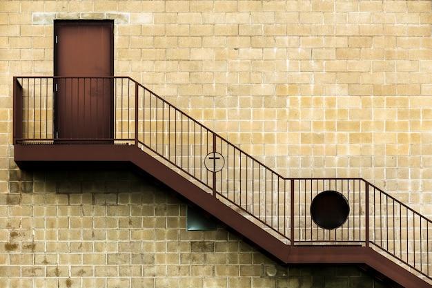 木製の階段と古い建築デザイン 無料写真