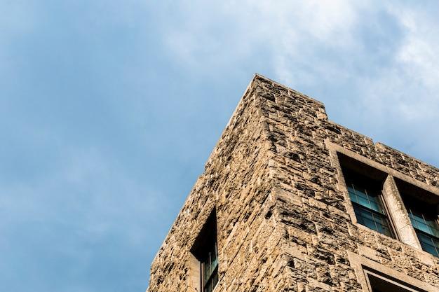 ローアングルの古い石の塔 無料写真