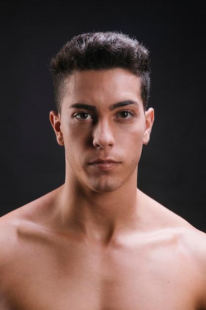 カメラ目線の上半身裸の男 無料写真