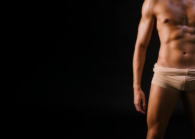 Человек в нижнем белье на черном фоне Бесплатные Фотографии