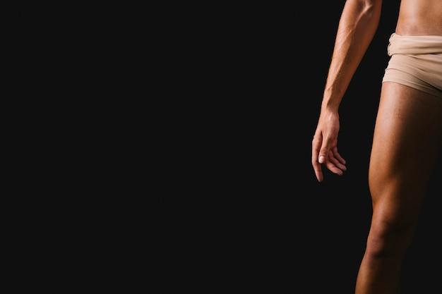黒の背景に立っている運動の裸の男性 無料写真