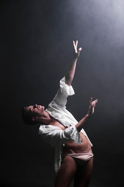 暗闇の中で挑発的な男性ダンス 無料写真