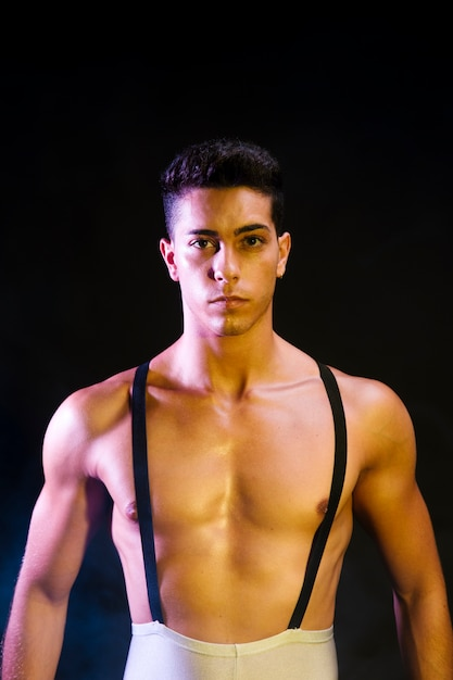 スポットライトで実行する自信を持って現代ダンサー 無料写真