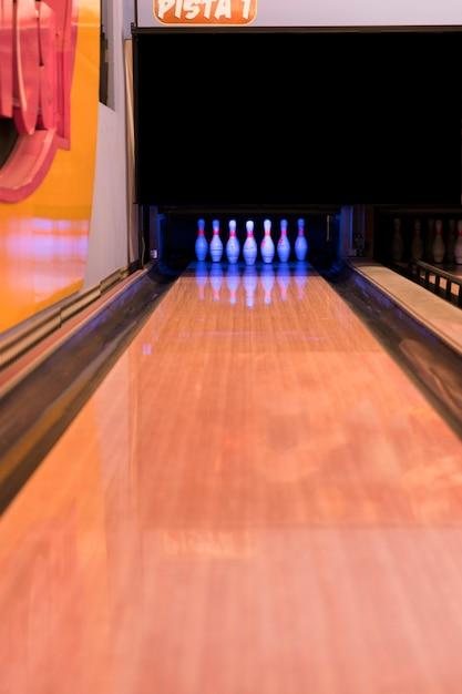 木製の床とボーリング場 無料写真