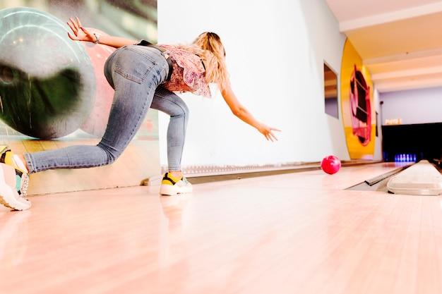 低ビューの女性投げボウリングボール 無料写真