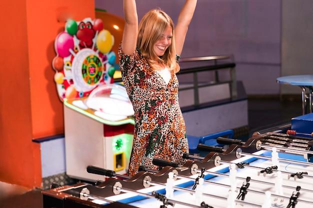フーズボールをして幸せな女 無料写真