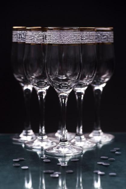 反射テーブルに透明なエレガントなメガネのクローズアップ 無料写真