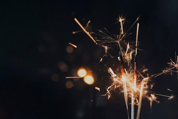 夜に暗い背景に線香花火を燃焼 無料写真