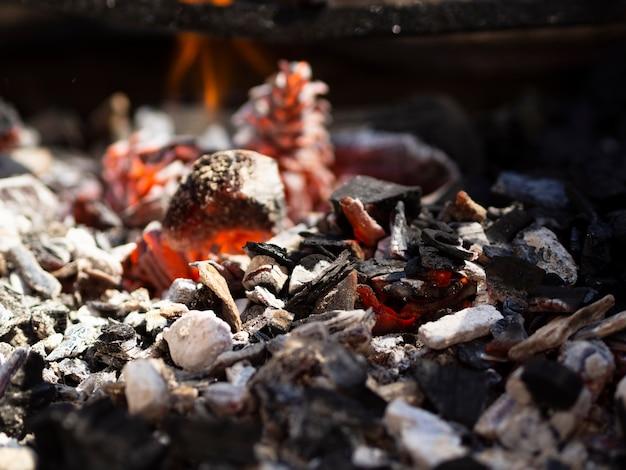 バーベキューで赤いくすぶっている石炭 無料写真