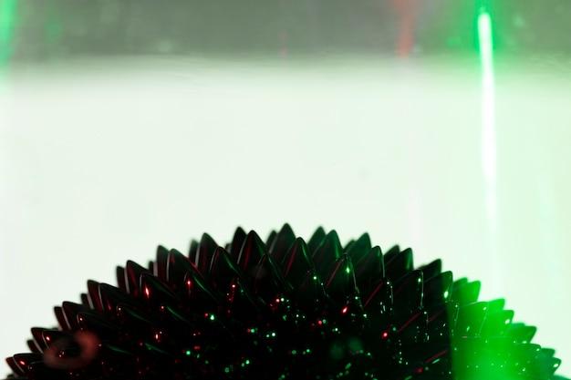 コピースペースを持つ緑色光と強磁性液体金属 無料写真