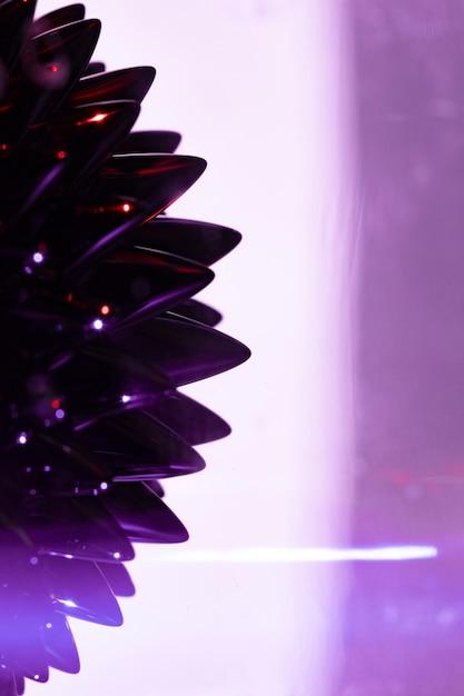 Фиолетовый фон с ферромагнитным жидким металлом с копией пространства Бесплатные Фотографии