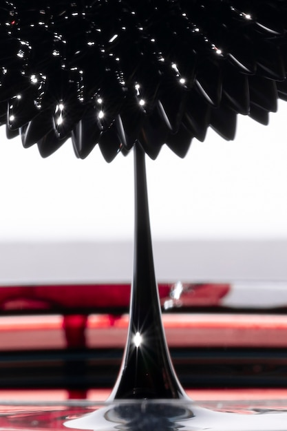 抽象的な強磁性鏡面化金属による鋭いスパイク 無料写真