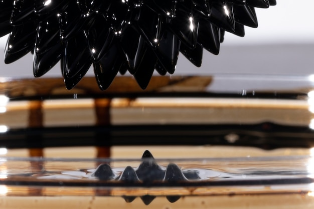 抽象的な強磁性ぼやけたミラー金属 無料写真