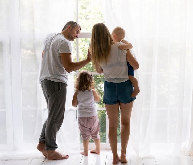 窓の外を見て背面図家族 無料写真