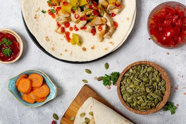 野菜とカルダモンの種の近くのメキシコ料理とブリトー 無料写真