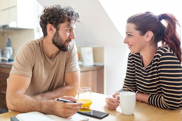 台所で話している素敵なカップル 無料写真