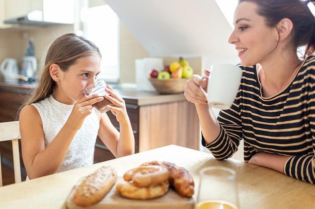 台所で素敵な母と娘 無料写真