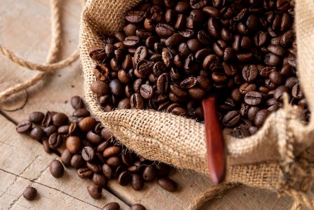 Жареные кофейные зерна в мешковине Бесплатные Фотографии