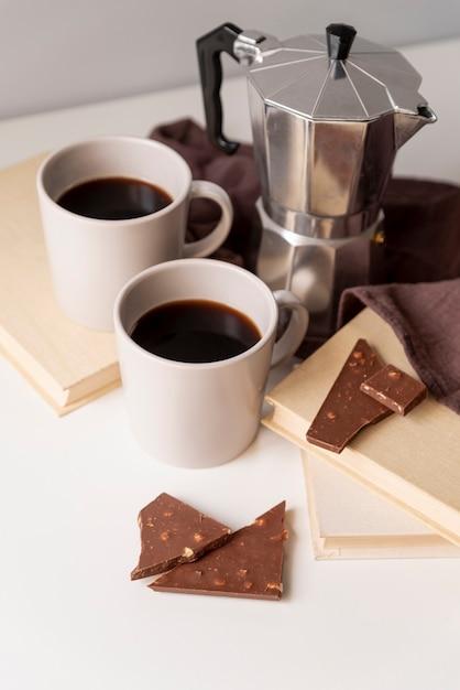 チョコレートのかけらとコーヒーマシン 無料写真