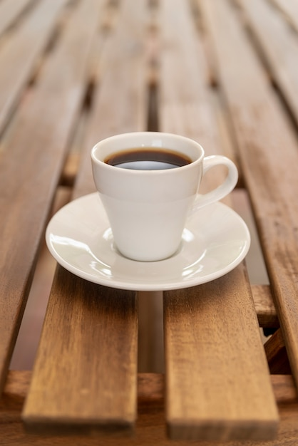 木製のテーブルの上のミニマルなコーヒーカップ 無料写真