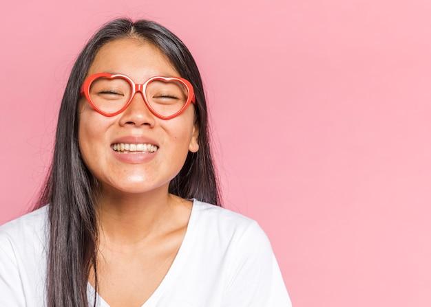 眼鏡をかけていると笑顔の女性 無料写真