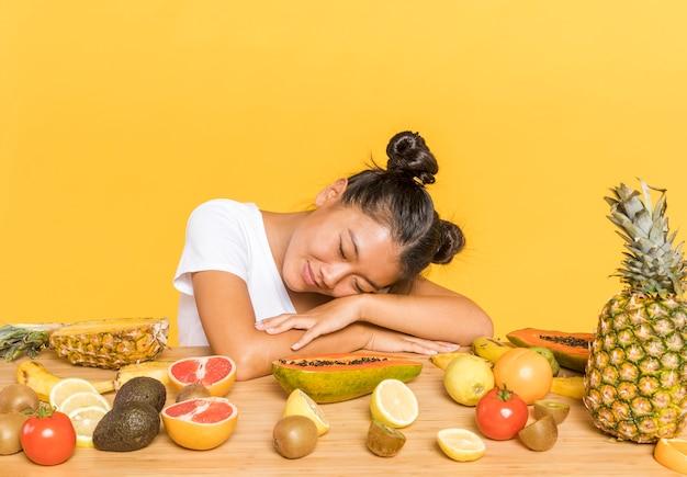 果物に囲まれた夢のような女性 無料写真