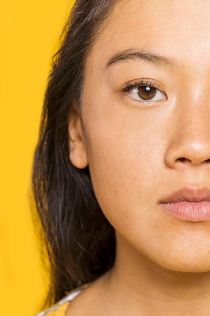 茶色の目を持つ女性のクローズアップ 無料写真