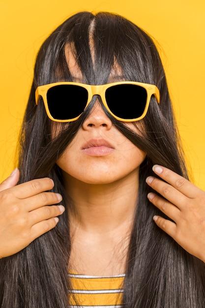 Женщина с очками и волосами на лице Бесплатные Фотографии