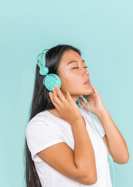 目を閉じてヘッドフォンを着ている女性 無料写真