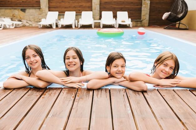 スイミングプールで幸せな子供たち 無料写真