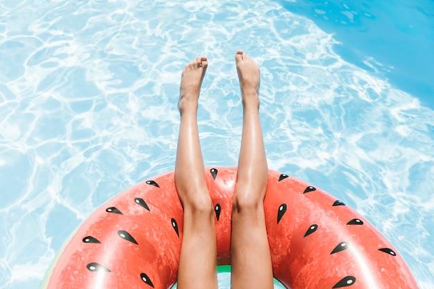結晶水の上のトップビュー脚 無料写真