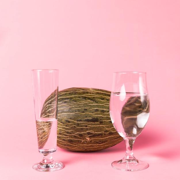 水とメロンで満たされたグラス 無料写真