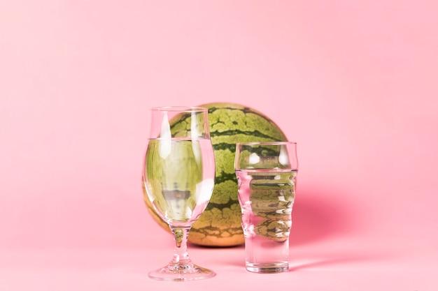 スイカとピンクの背景のメガネ 無料写真