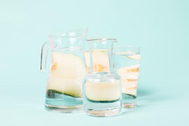 水のグラスに抽象的なメロンの形 無料写真