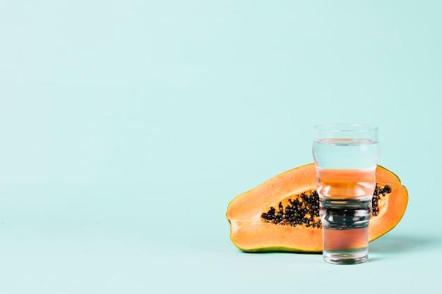 パパイヤの果実と水のガラスの半分 無料写真