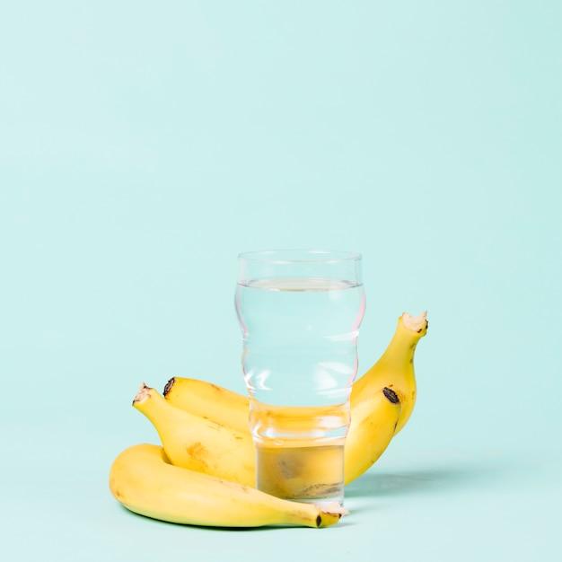 バナナとコップの水コピースペース 無料写真