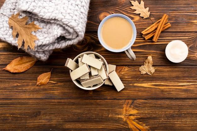 木製の背景に秋のコーヒーとウェーハのレイアウト 無料写真