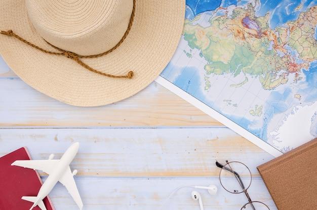 Плоская планировка карты и шляпы на деревянном столе Бесплатные Фотографии