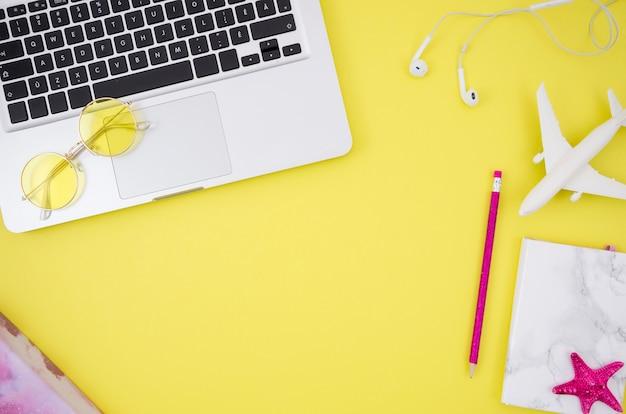 Плоский лежал ноутбук на желтом фоне Бесплатные Фотографии