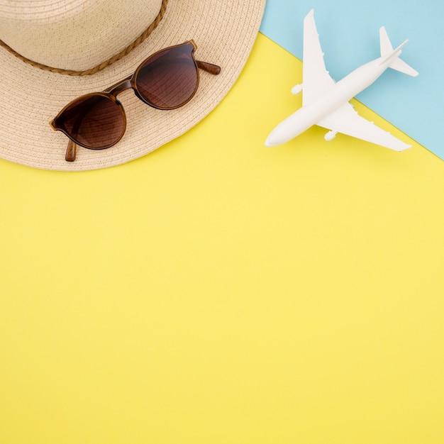 Плоская планировка желтого фона в шляпе и очках Бесплатные Фотографии
