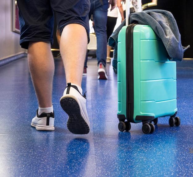 Вид сзади человека с чемоданом Бесплатные Фотографии