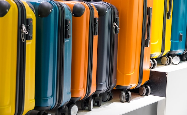 Вид сбоку разноцветных чемоданов Бесплатные Фотографии
