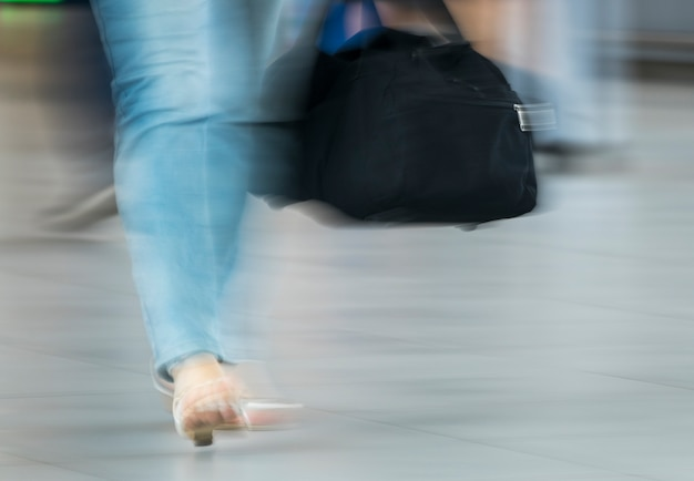 Размытый снимок женщины с черной сумкой Бесплатные Фотографии