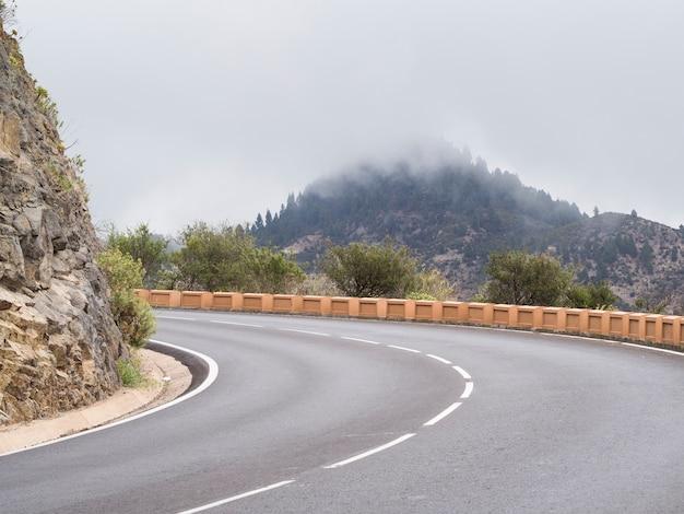 空の高速道路の正面図 無料写真