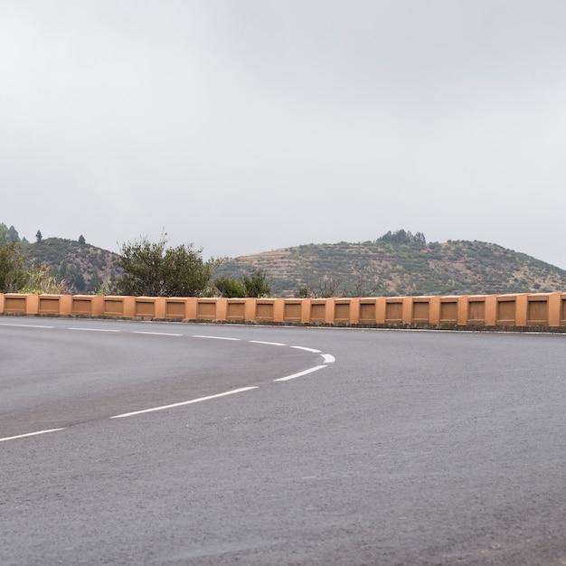 空の高速道路アスファルトの正面図 無料写真