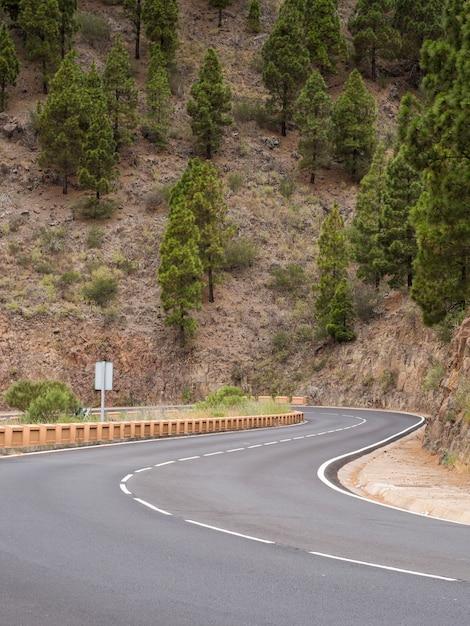 山に囲まれた高速道路 無料写真