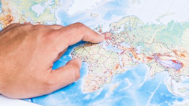 ヨーロッパの場所を指している手 無料写真