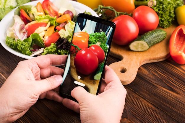 トマトの写真を撮る人 無料写真