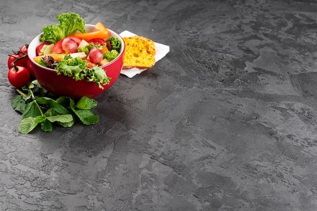 Высокий вид миску здорового салата Бесплатные Фотографии