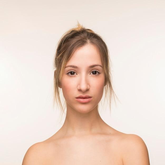 白い背景の上の美しい女性の肖像画 無料写真